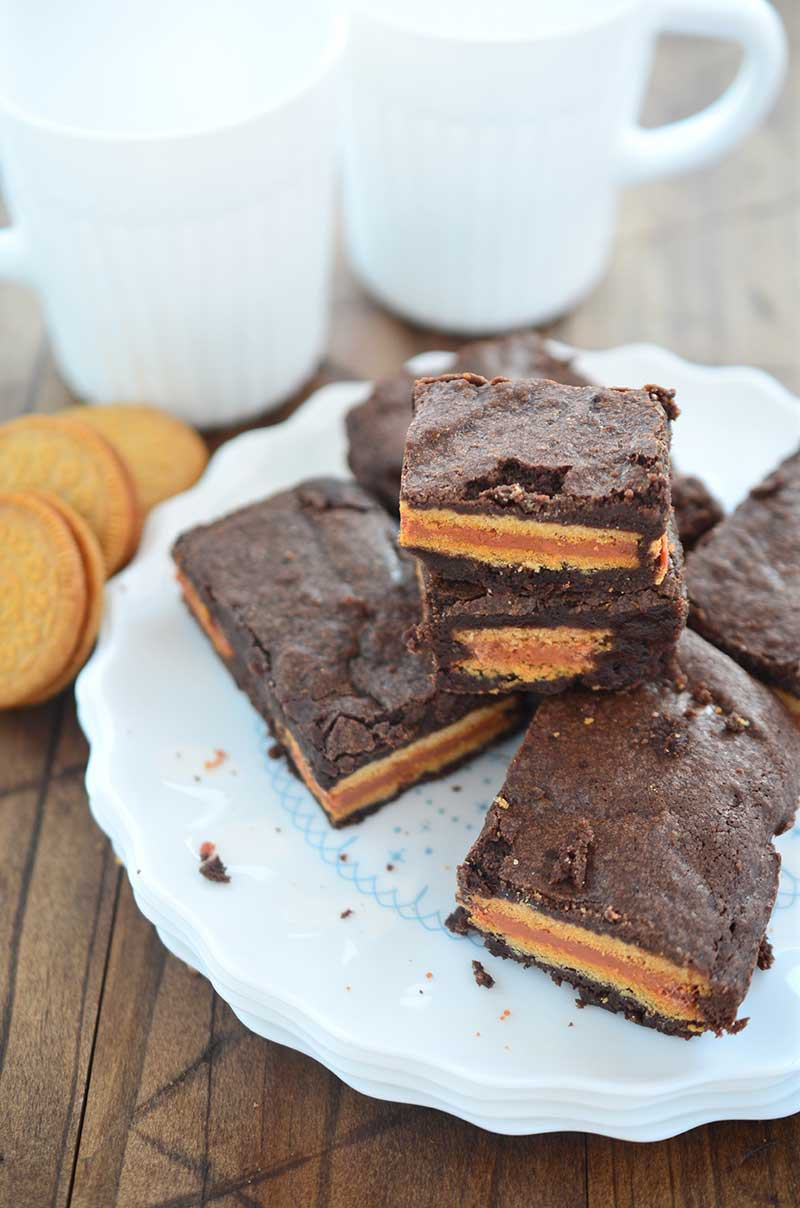 Two of my favorite sweet treats collide in. Decadent chocolate brownies with a pumpkin spice Oreo stuffed inside make these Pumpkin Spice Oreo Stuffed Brownies a perfect fall treat!