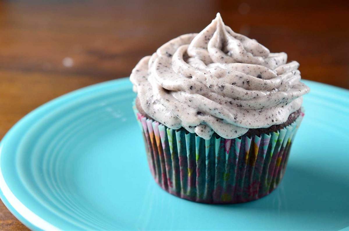 Oreo Bottomed Cupcakes with Cookies and Cream Frosting - Revamperate
