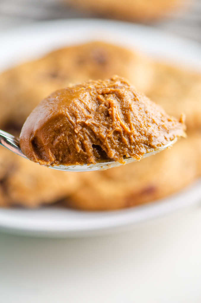 A scoop of biscoff cookie spread on a spoon.